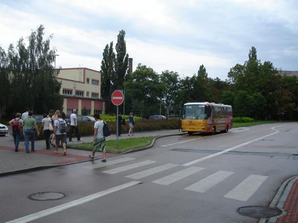 По территории завода возят на таких автобусах