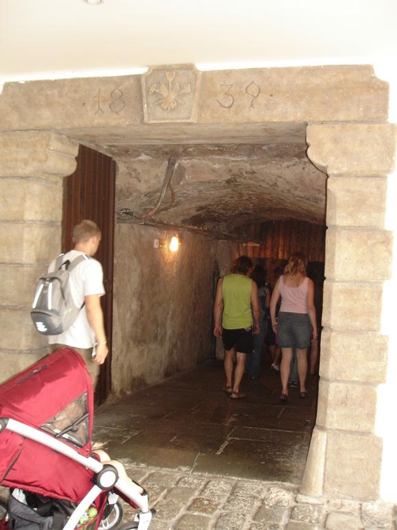 А это вход в старые подвалы, где стоят бочки с пивом. Пиво хранится так, как это происходило в XIX веке (понятно, что сделано для туристов, но приятно)