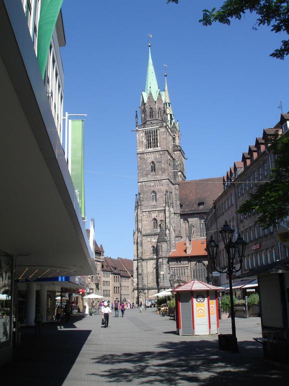 В городе два практически одинаковых собора. Это связано с тем, что купцы хотели такую же церковь, как у аристократии.