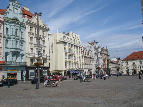 Каждый дом на площади имеет свою историю, чем-то да знаменит