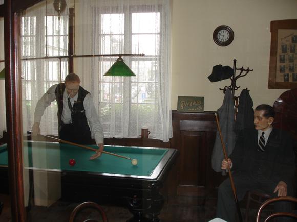 Экспозиция, показывающая, как проводили время в пивных времен начала ХХ века