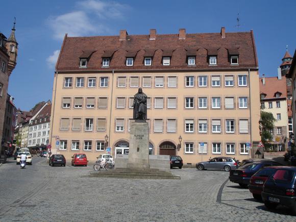 Памятник самому известному местному жителю - Альбрехту Дюреру