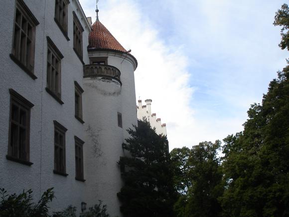 Чтобы попасть в главные ворота, замок надо обойти