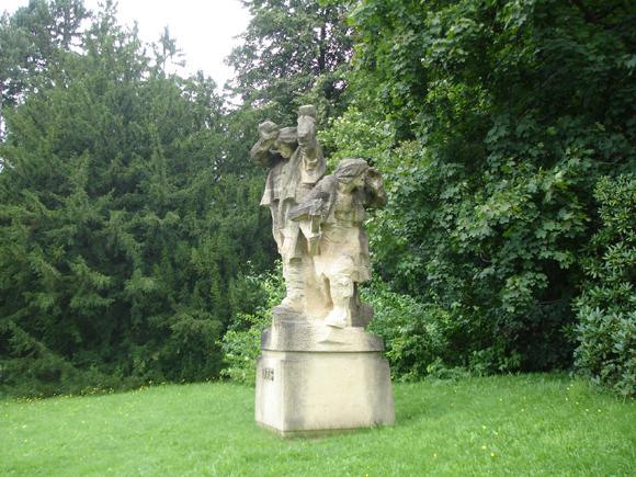 В парке встречаются скульптуры