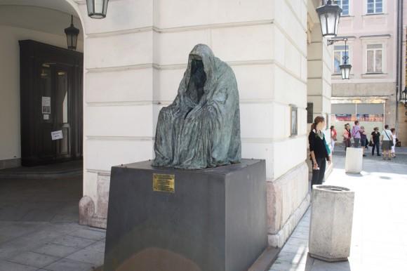 Фото Праги. Скульптура у Народного театра