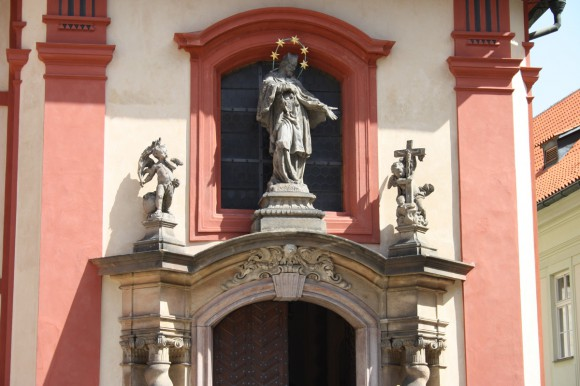 Фото Праги. Фигурки на базилике св. Георгия