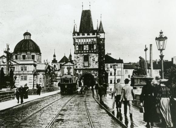 Примерно 100 лет назад по Карлову мосту ходили трамваи
